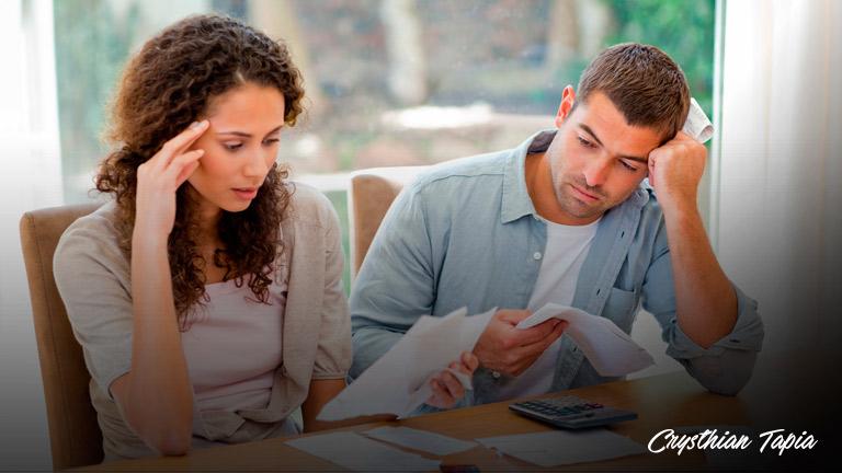 pareja-con-presupuesto Los hábitos del gasto: ¿cómo controlarlos?